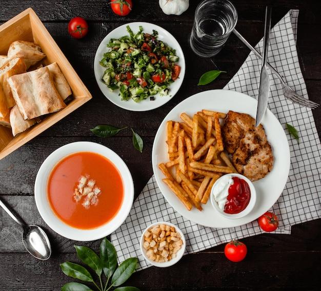 トマトスープ、野菜サラダ、チキンとフライドポテト