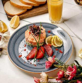Овощной салат с фруктами в тарелке