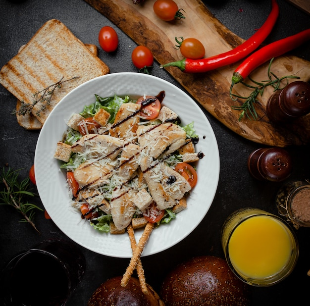 Классический салат цезарь с тертым пармезаном