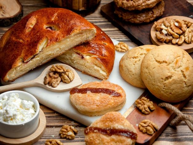 Творожная кята с вишней, песочным печеньем и орехами