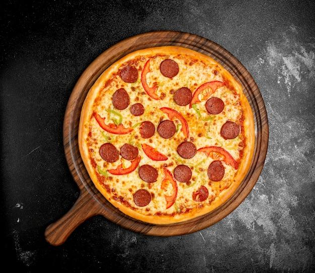 シャキッとしたサラミピザ、チーズ、トマト、ソーセージ、コショウ