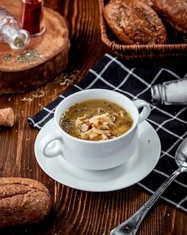 Традиционный эристовый суп на столе