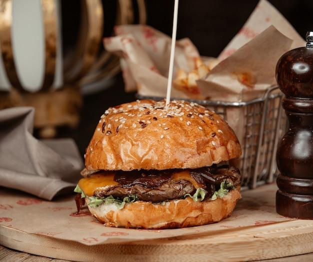 Бургер из говядины с салатом из чеддера и луком