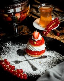 白いクリームとイチゴのフランス菓子
