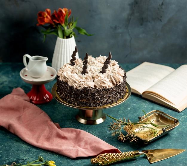 チョコレート格子とクリームとコーヒーで飾られた丸いケーキ