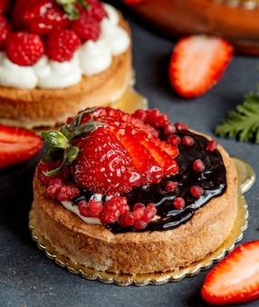 チョコレートクリームとイチゴで飾られた小さな丸いパイ