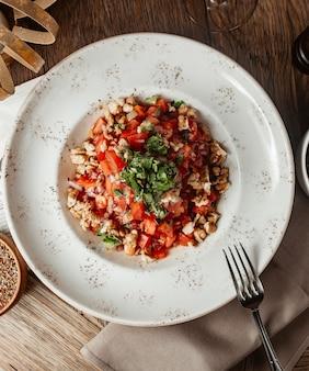Салат из помидоров с луком, сельдереем и красным болгарским перцем