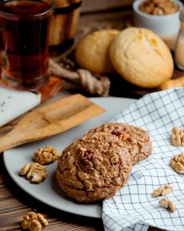 Цельнозерновое печенье с орехом сверху