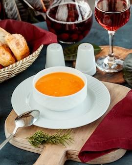 レンズ豆のスープボウルにワインとパンを添えて