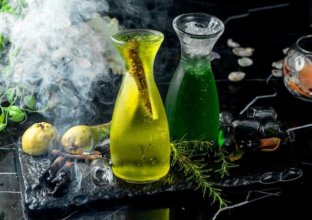 Стеклянная бутылка с грушевым коктейлем с кусочками груши