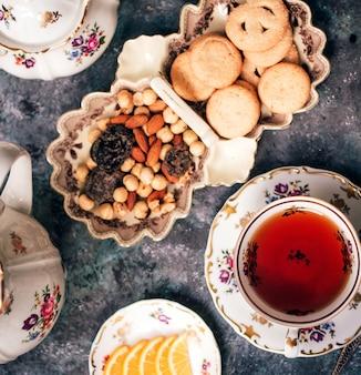 ナッツとクッキーと紅茶
