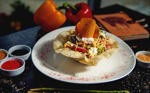 Овощной салат в хрустящей лепешке