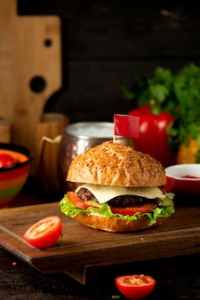 Классический чизбургер на столе для резки