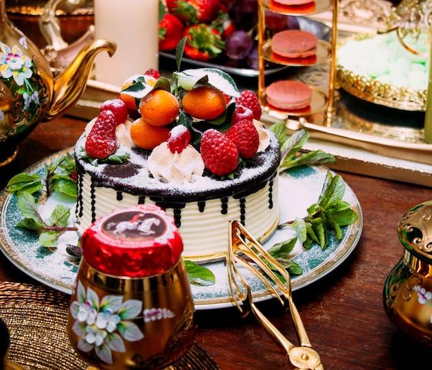 Десерт со сливками и фруктами сверху