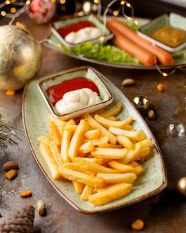Картофель фри и колбаски с соусом фри