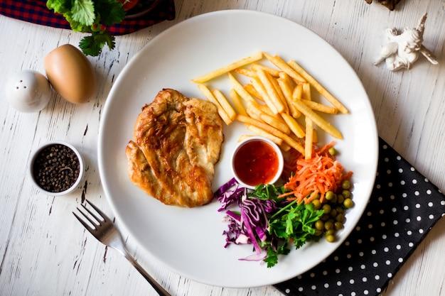 Жареное куриное филе с картофелем фри и сладким чили