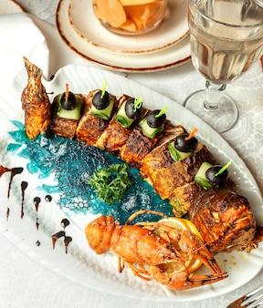 Жареные ломтики рыбы и лобстер