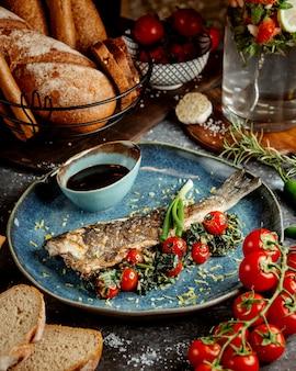 Жареная рыба с помидорами и соусом