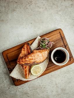 Жареный лосось с луком, лимоном и наршарабом
