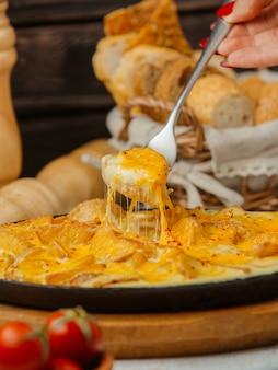 朝食に卵とフライドポテトのクローズアップ