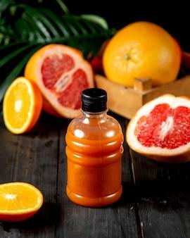 プラスチックボトルのグレープフルーツジュース