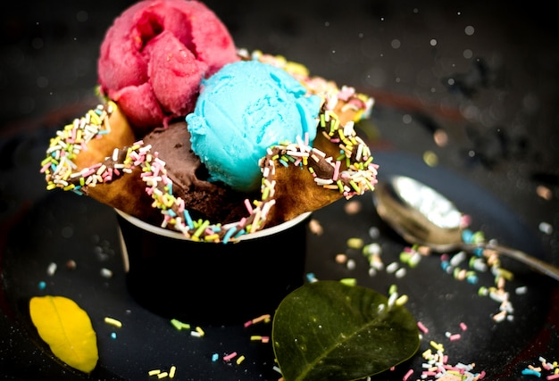 Мороженое в вафле с конфетами