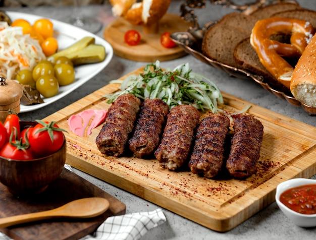 Лул кебаб с луком и солеными огурцами