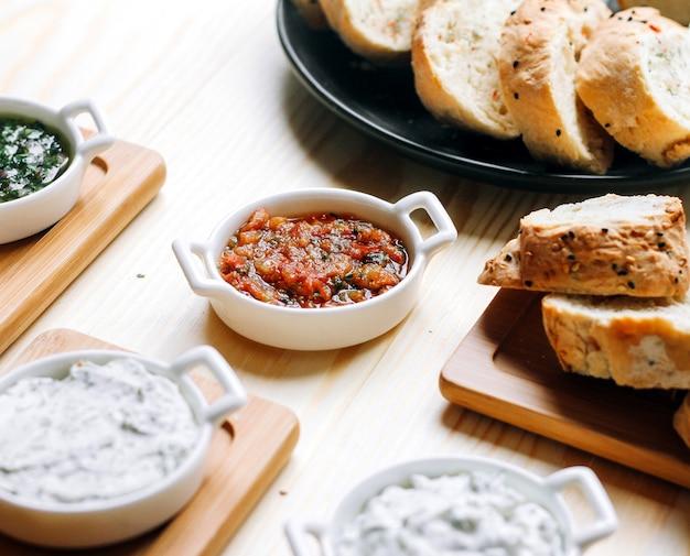 Мангальский салат с нарезанным хлебом