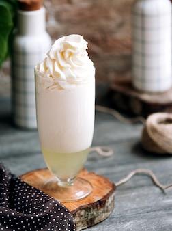 上にホイップクリームとミルクセーキ