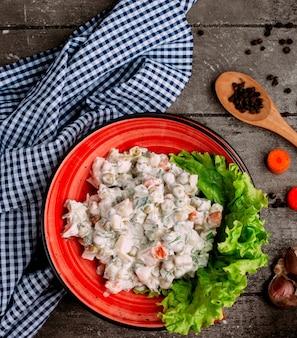 Русский салат с ломтиками моркови