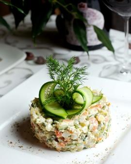 Русский салат с ломтиками огурца