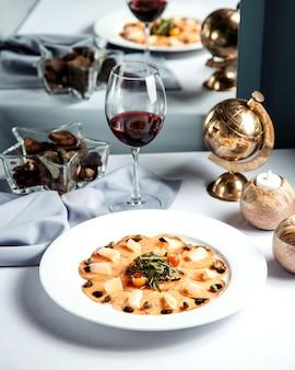 魚のスライスチーズとグラスワイン