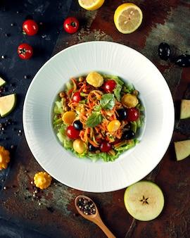 Овощной салат с оливками и солеными огурцами