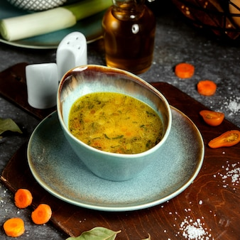ニンジンとトマトのスライス入り野菜スープ