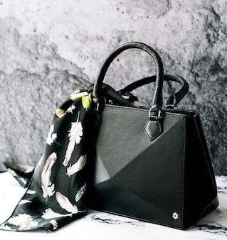 スカーフ付きの黒いバッグ
