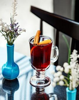テーブルの上のシナモンと紅茶