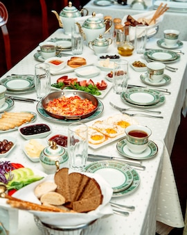 卵料理スクランブルエッグパンソーセージチーズとジャムの朝食用テーブル