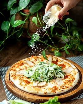 テーブルの上のシーザーピザ