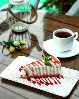Чизкейк с клубничным сиропом на столе