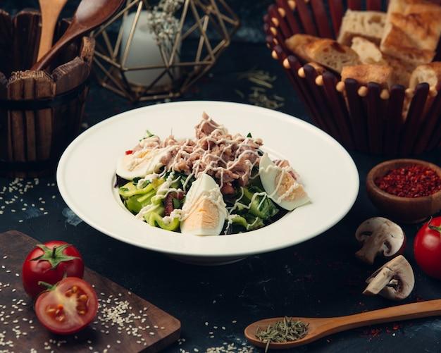 Салат из тунца с яйцами и овощами