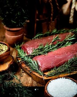 テーブルの上の新鮮な肉