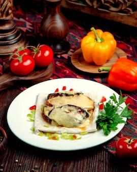 Жареная курица под сырным соусом на столе