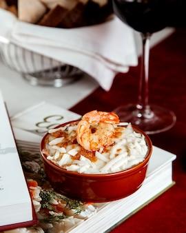 テーブルの上に寿司とエビフライ