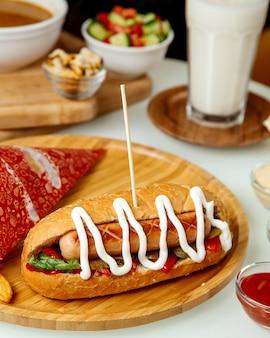 Хот-дог с колбасой и майонезом