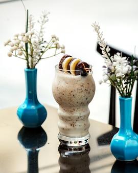 チョコレートクッキーとバナナのスライス入りアイスクリーム