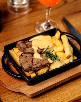 Стейк из баранины, картофель фри и плавленый сыр