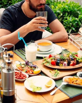 テーブルの上の野菜とレンズ豆のスープ