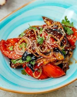 Мясо помидоров и лука в соусе барбекю