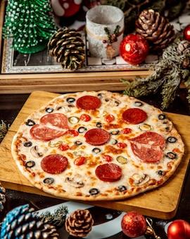 Пицца пепперони с черными оливками и грибами