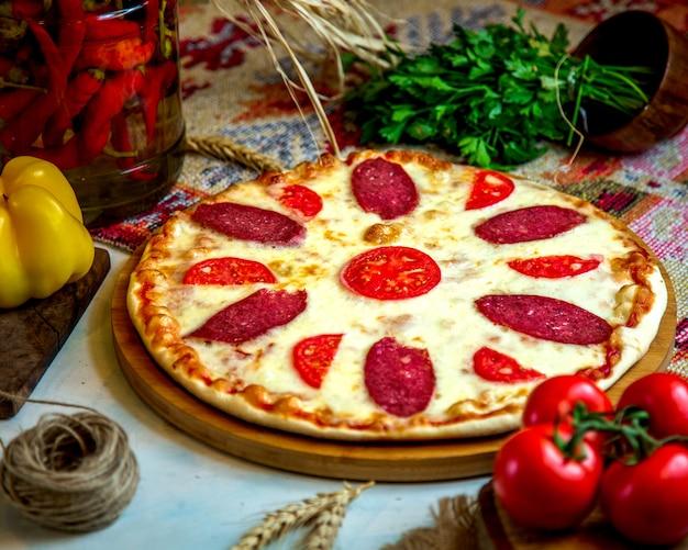 Пицца пепперони с кусочками помидоров и сыром
